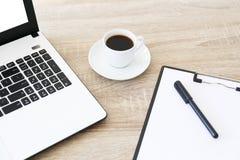 Minimalistic sk?ad miejsce pracy z laptopem i materia?y obrazy stock