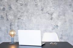Minimalistic sk?ad miejsce pracy z laptopem i materia?y zdjęcia royalty free
