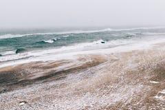 Minimalistic-Winterlandschaft, Seeansicht während der Schneefälle Lizenzfreie Stockfotos
