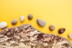 Minimalistic-Zusammensetzung von mehrfarbigen Seekieseln auf einem brigh Stockbilder