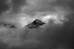 Minimalistic zwart-wit die beeld van bergpiek in clou wordt gehuld Royalty-vrije Stock Foto