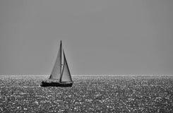 Minimalistic zwart-witte foto van een varende boot Stock Afbeelding