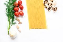 Minimalisticbeeld van een samenstelling van deegwareningrediënten in wit wordt geïsoleerd dat stock foto's
