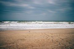 Minimalisticlandschap van leeg strand, donkere onweerswolken stock foto's