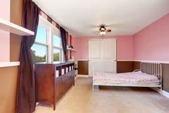Minimalisticontwerp van kid& x27; s slaapkamerbinnenland met roze accentmuren royalty-vrije stock fotografie