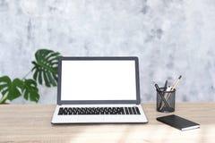 Minimalisticsamenstelling van werkplaats met laptop en kantoorbehoeften stock foto