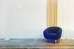 Minimalisticwoonkamer, blauwe gestemde leunstoel Stock Foto
