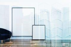 Minimalisticwoonkamer, blauwe leunstoel, affiches Royalty-vrije Stock Afbeelding
