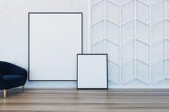 Minimalisticwoonkamer, leunstoel twee affiches Stock Fotografie