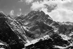 Minimalistisch landschap van bergen Bergpieken in de wolken Stock Foto's