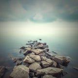 Minimalistisch nevelig landschap Stock Foto