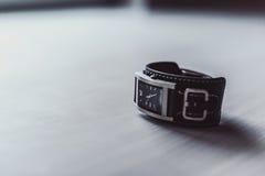 Minimalistische polshorloge zwarte wijzerplaat op witte achtergrond stock fotografie
