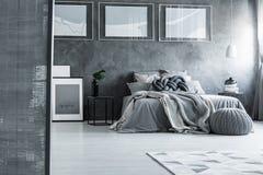 Minimalistische slaapkamer met grijs decor stock afbeeldingen