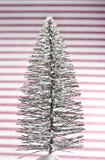 Minimalistische Vakantie, Enige Kerstboom in Centrum van Roze en Witte Gestreepte Achtergrond stock afbeelding