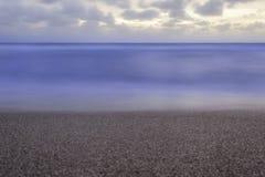 Minimalistische Vreedzame Blauwe Oceaanscène bij Zonsopgang Royalty-vrije Stock Foto's