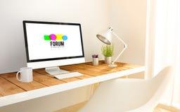 minimalistische werkplaats met de computer van het forumweb Stock Afbeelding