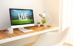 minimalistische werkplaats met levende stromende computer Royalty-vrije Stock Fotografie