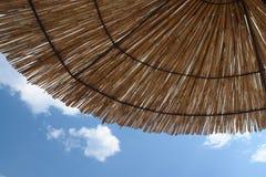 Minimalistyczny lato duch plażowy parasol i lata niebo - Zdjęcia Stock