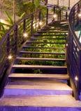 Minimalizmów stylowi schodki z nocy oświetleniem zdjęcie stock