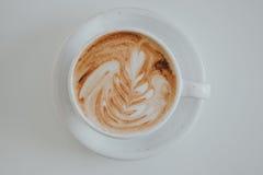 Minimalizm filiżanki kawy pionowo widok na bielu stole zdjęcia royalty free
