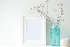 Minimalna biel rama z turkusową wazą obrazy royalty free
