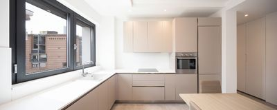 Minimalna kuchnia w nowożytnym mieszkaniu fotografia royalty free