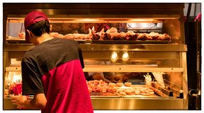 Minimalna Pensja pracownik przy fast food restauraci kuchnią zdjęcie royalty free