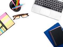 Minimalny i Nowożytny biały biuro z laptopem biurka i stołu, notatka Fotografia Royalty Free
