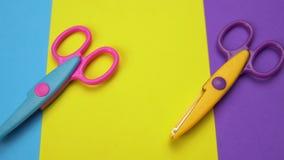 Minimalny tło z ruszać się kolorowych falistych ostrze nożyce zbiory