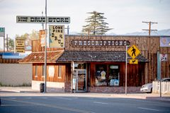 Minimarket nel villaggio storico del pino solo - PINO SOLO CA, U.S.A. - 29 MARZO 2019 fotografia stock libera da diritti