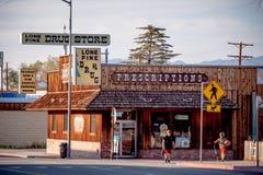 Minimarket nel villaggio storico del pino solo - PINO SOLO CA, U.S.A. - 29 MARZO 2019 fotografia stock