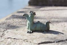Minimetallskulptur von Wurm Kukots-Zeichentrickfilm-Figur als Symbol des Fischenfotos in Uzhgorod Ukraine Stockfotografie
