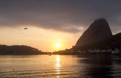 Minimo di volo dell'aeroplano alla montagna di Sugarloaf in Rio de Janeiro fotografia stock libera da diritti