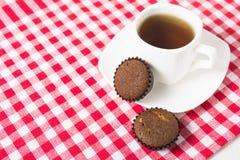 Minimuffins met kop thee Royalty-vrije Stock Afbeeldingen