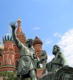 Minin och Pojarsky monument (restes upp i 1818), röd fyrkant i Moskva, Ryssland Royaltyfri Bild