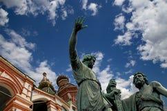 Minin och Pojarsky monument (restes upp i 1818), röd fyrkant i Moskva, Ryssland Arkivfoton