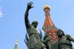 Minin och Pojarsky monument (restes upp i 1818), röd fyrkant i Moskva, Ryssland Royaltyfri Foto