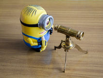 Minions με το τηλεσκόπιο στοκ φωτογραφία με δικαίωμα ελεύθερης χρήσης