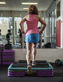 Mięśniowa kobieta robi kroków aerobikom Obrazy Stock