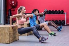 Mięśniowy atlet robić odwrotny pcha up Obrazy Stock
