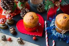 Minipanettone mit Weihnachtsdekoration, Lizenzfreies Stockbild