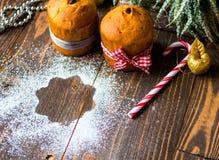 Minipanettone und pandoro, mit Früchten und Weihnachtsdekoration Stockbild