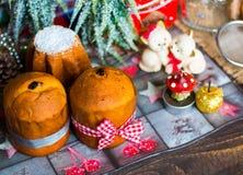 Minipanettone und pandoro, mit Früchten und Weihnachtsdekoration Lizenzfreie Stockbilder