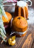 Minipanettone und pandoro, mit Früchten und Weihnachtsdekoration Lizenzfreie Stockfotografie