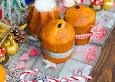 Minipanettone und pandoro, mit Früchten und Weihnachtsdekoration Lizenzfreies Stockfoto