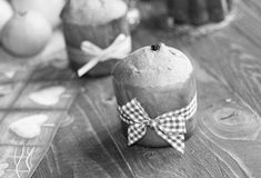 Minipanettone und pandoro, mit Früchten und Weihnachtsdekoration stockfoto
