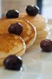 Minipfannkuchen mit Blaubeeren Lizenzfreies Stockfoto