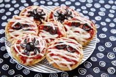Minipizzas verziert für ein Halloween Lizenzfreie Stockfotos