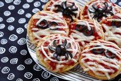 Minipizzas verziert für ein Halloween Stockfoto