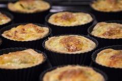 Miniquiche lorraine - traditionelle französische Torte mit Schinken, Porrees, b Lizenzfreies Stockbild